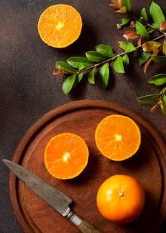 Schneiden sie orangen winter essen und getränke konzept