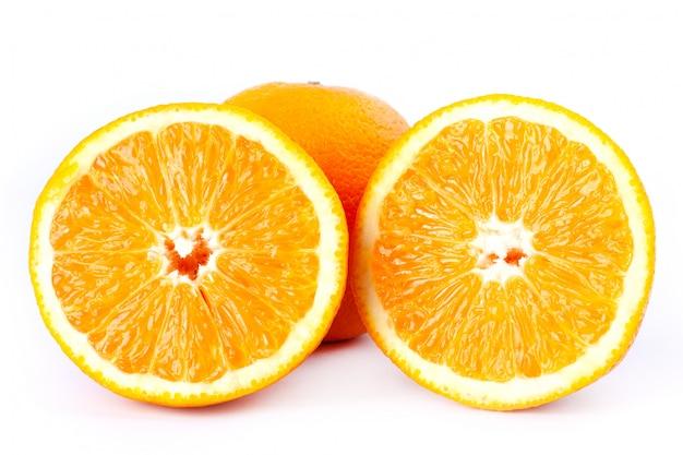 Schneiden sie orangen zur hälfte auf einer weißen hintergrundnahaufnahme