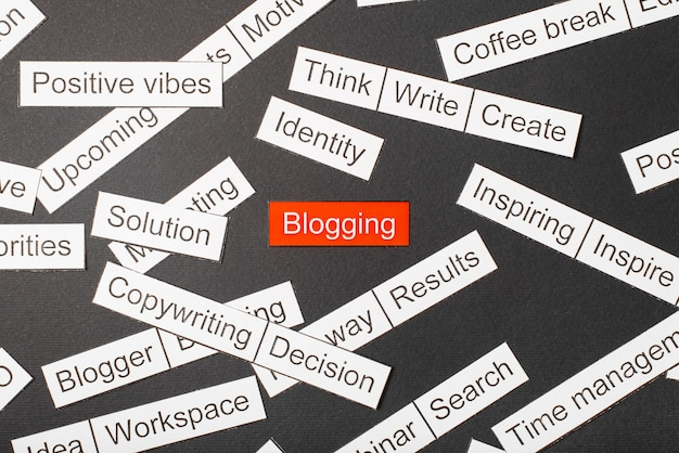 Schneiden sie papier inschrift blogging aus papier, umgeben von anderen inschriften geschnitten