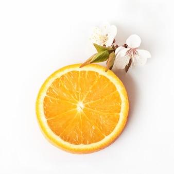 Schneiden sie reife orange zitrusfrucht lokalisiert auf weiß.