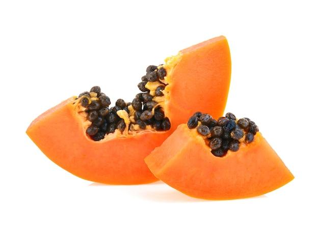 Schneiden sie reife papaya lokalisiert auf dem weiß