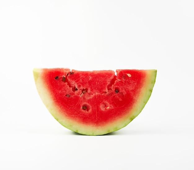 Schneiden sie rote frische wassermelone mit schwarzen samen