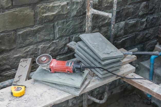 Schneiden und schleifen von beton oder metall mit einer trennsäge
