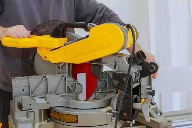 Schneiden von elektrowerkzeugen auf der baustelle mit kreissäge. zimmerei für arbeitsgeräte
