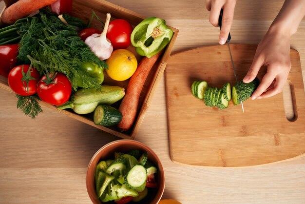Schneiden von frischem gemüse auf einem schneidebrett küche gesunde ernährung zu hause