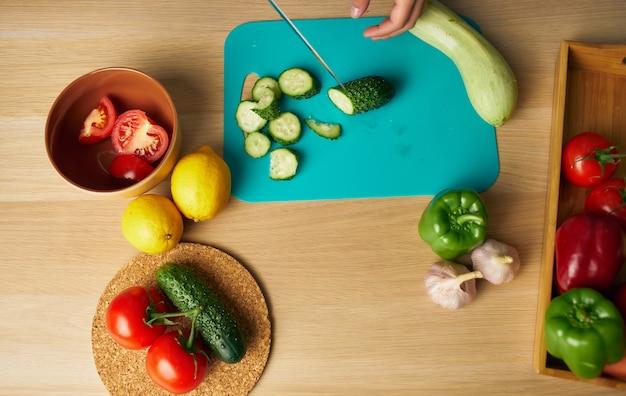 Schneiden von frischem gemüse, das tischnahrungsmittelzubereitungsküche gesundes essen schneidet