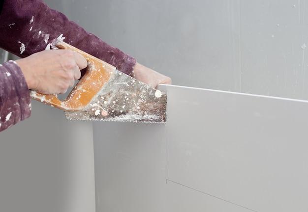 Schneiden von gipskarton gips hand schmutzig sah