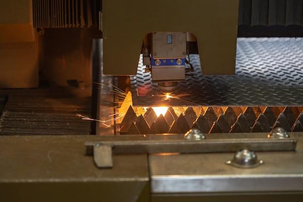 Schneiden von metallstahl. funken fliegen vom laser