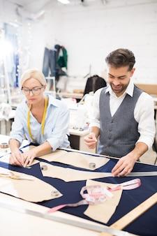 Schneider arbeiten am tisch im atelier