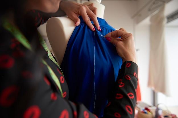 Schneider näht einen blauen anzug