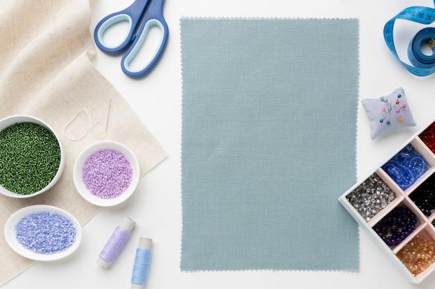 Schneiderei werkzeuge und elemente sortiment mit leerem tuch