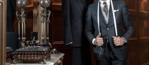 Schneiderhände teuer, individuelle anzüge schneidernd