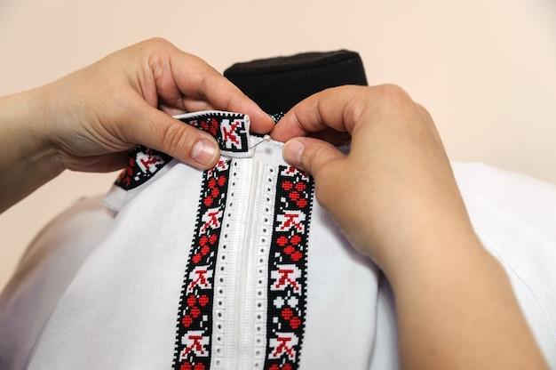 Schneiderin erfasst hemdkragen