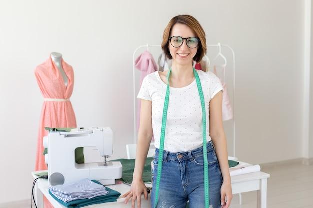 Schneiderin modedesigner schneider und menschen konzept schöne mode frau designer stehen in