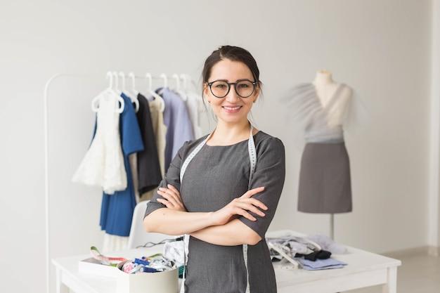 Schneiderin, modedesignerin und schneiderin
