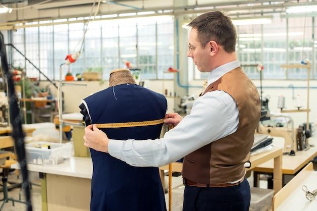 Schneidermessjacke in seiner werkstatt