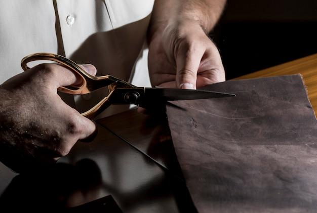 Schneiderschneiden von leder mit einer schere