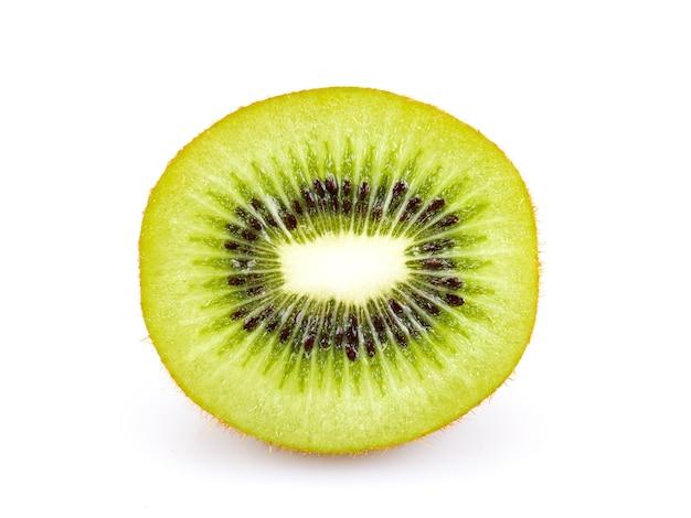 Schneidet die kiwi, die auf weißem hintergrund lokalisiert wird