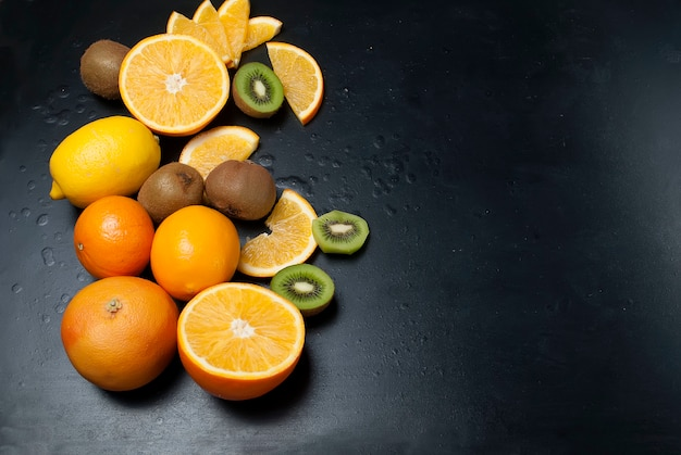 Schneidet kiwi und orange, draufsicht
