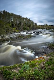 Schnell fließender gebirgsfluss