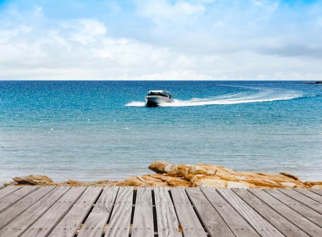 Schnellboot im tropischen meer. frische freiheit. abenteuertag klarer türkis am tropischen strand.
