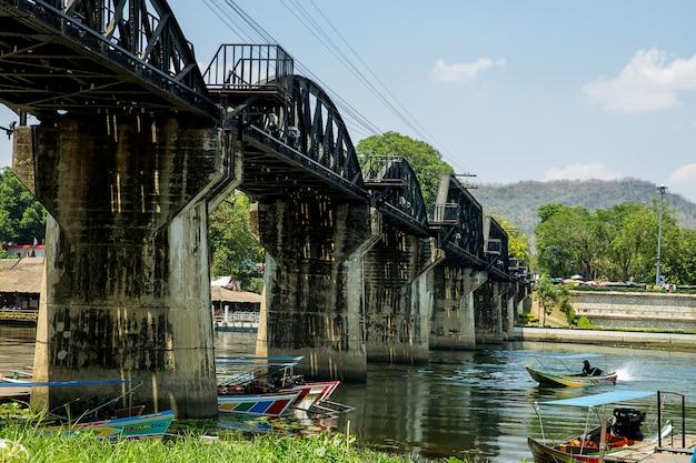 Schnellboot unter der todeseisenbahnbrücke