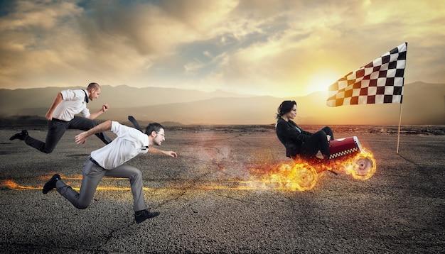 Schnelle geschäftsfrau mit einem auto gewinnt gegen die konkurrenz. konzept von geschäftserfolg und wettbewerb