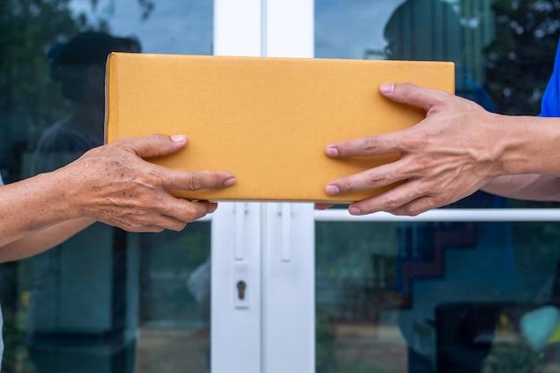 Schnelle lieferung von paketen an empfänger, vollständige produkte, beeindruckende services.
