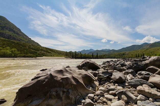 Schnelle strömung des chuya-flusses in den bergen altai