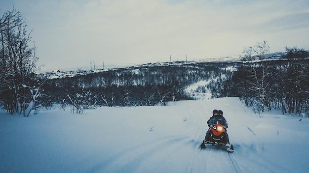 Schnelles fahren snowmobile sport extremen schnee, winter kalt