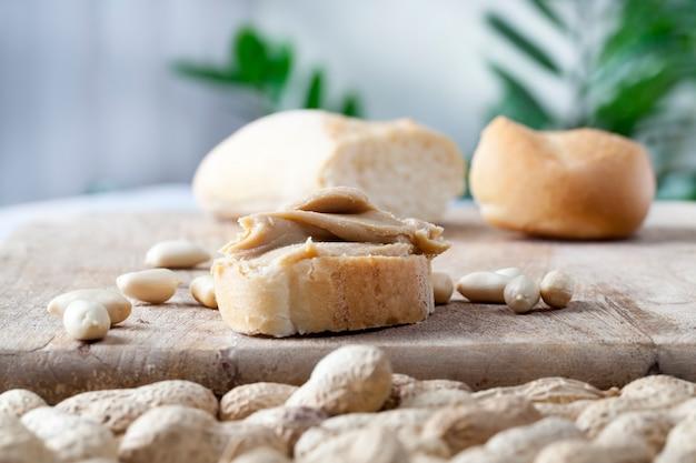 Schnelles frühstück mit brot und erdnüssen, köstliche erdnuss