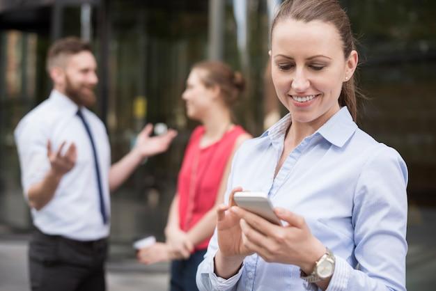 Schnelles telefonieren während des treffens mit investoren