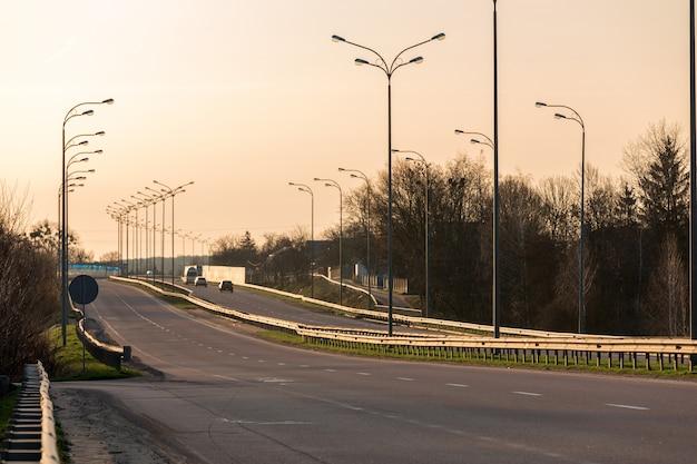 Schnellstraße durch das feld. asphaltierte straße