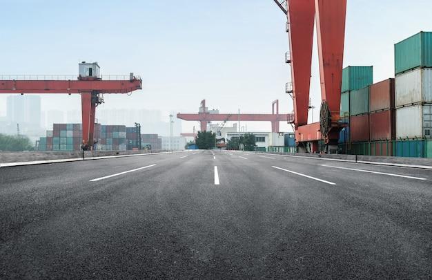 Schnellstraße und containerterminal