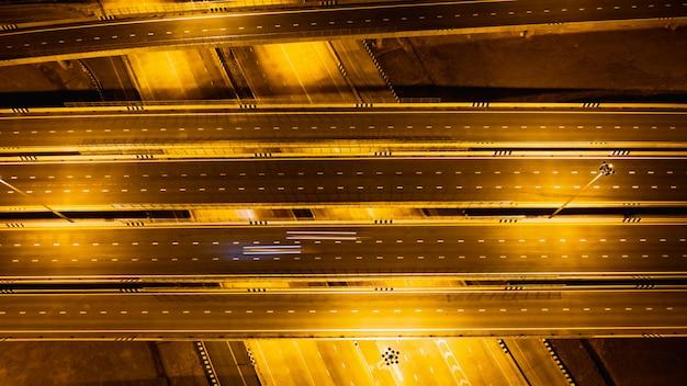 Schnellstraßen- und ringverbindungen für das transport- und logistikgeschäft bei nacht