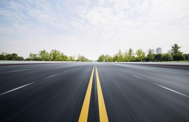 Schnellstraßen und wälder