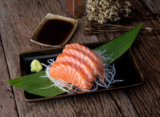Schnitt der japanischen art des lachssashimis.