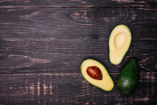 Schnitt durch avocado gegen einen dunklen hintergrund