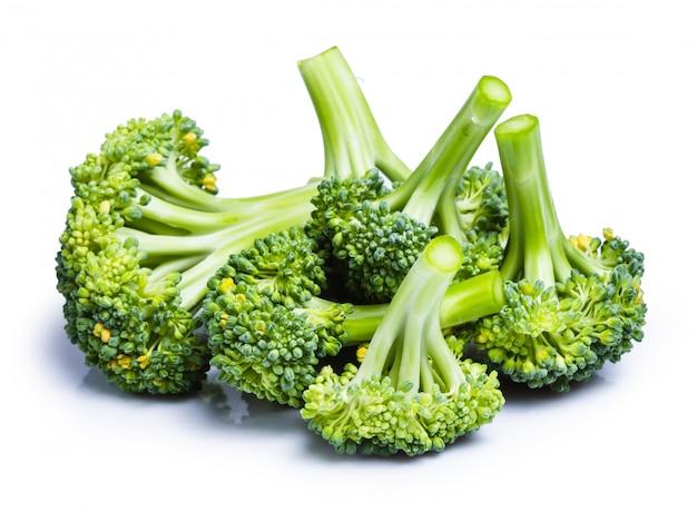 Schnittpfad brokkoli lokalisiert auf weißem hintergrund