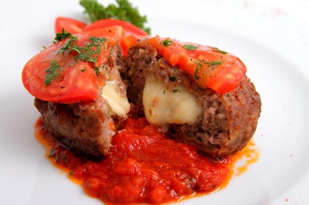 Schnitzel mit käse und tomaten