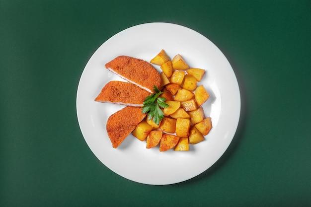 Schnitzel mit kartoffeln für das menü