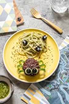 Schnitzel sehen aus wie eine spinne mit pesto-nudeln