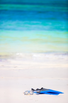 Schnorchelausrüstung maske, schnorchel und flossen auf sand am weißen strand