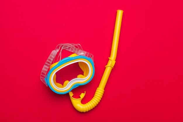 Schnorchelmaskenausrüstung auf einem vibrierenden hintergrund