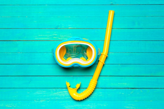 Schnorchelnde ausrüstung des tauchens auf blauer hölzerner draufsicht