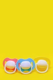 Schnuller für neugeborene in verschiedenen farben. selektiver fokus. baby.