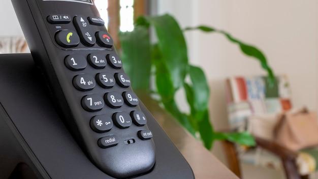 Schnurloses telefon in der halterung.