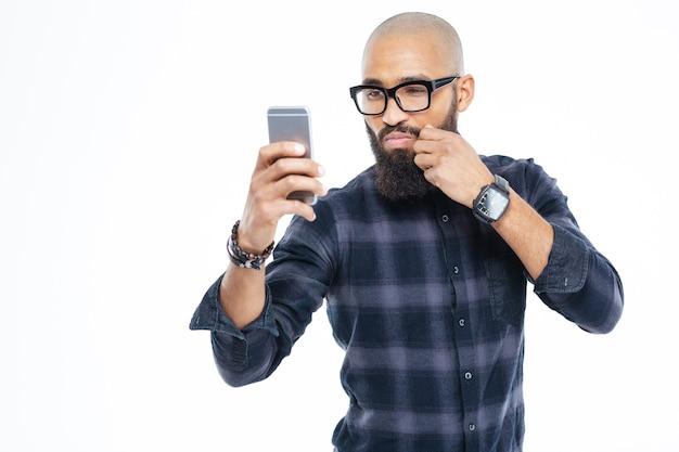 Schnurrbart berühren und selfie machen