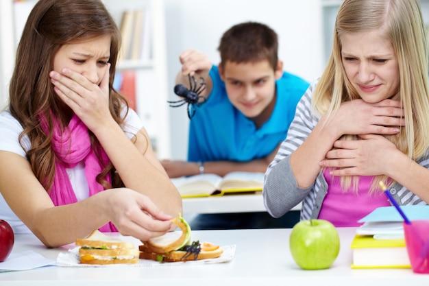 Schocked studenten mit frühstück