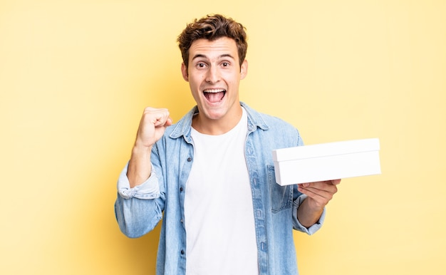 Schockiert, aufgeregt und glücklich sein, lachen und erfolge feiern, sagen wow!. white-box-konzept
